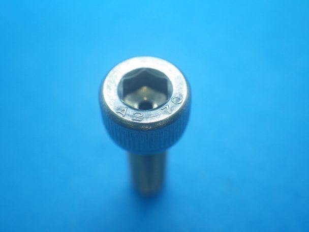 半導体製造装置向けのねじの事例②:特注エア抜きキャップボルト(真空ネジ)