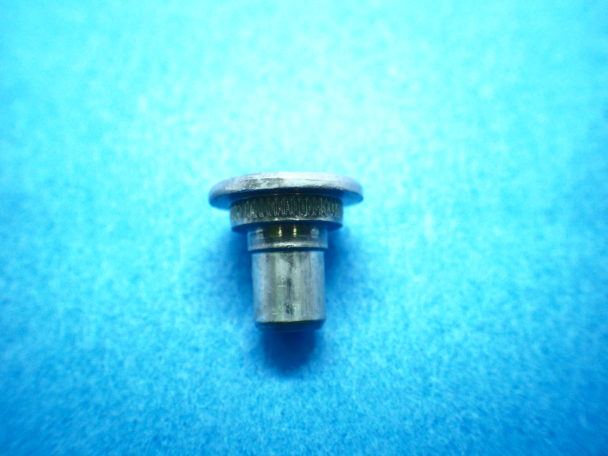 タップ穴付きの平頭段付きボルト